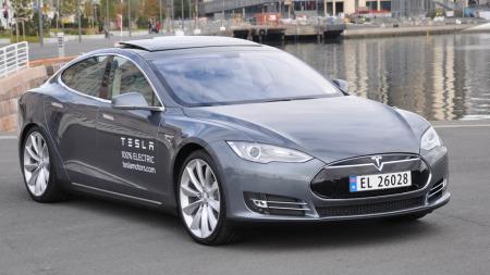 Tesla Model S har vært den store bilsensasjonen i 2013  - og ble nest mest solgte elbil i Norge.