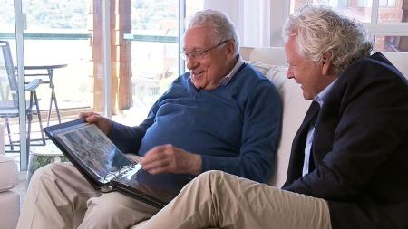 FOTOALBUM: Her viser Clint Hill frem fotoalbumet med minner fra årene som presidentens livvakt. TV 2s Øyvind Fjeldheim møtte ham i San Francisco. 50 år etter drapet på JFK. (Foto: Jørgen Storhaug / TV 2)