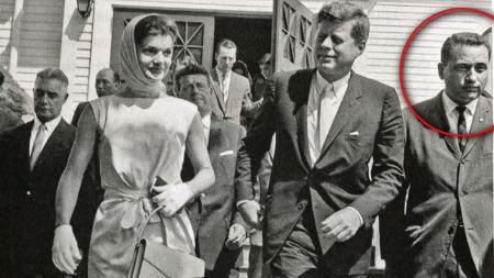 LIVVAKTEN: Her står Clint Hill sammen med JFK og Jackie på en av de mange oppdragene som Secret Service-agent.
