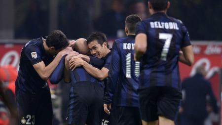BLE HYLLET: Spillerne flokket seg rundt Javier Zanetti etter Inters 2-0-mål mot Livorno. (Foto: ALBERTO LINGRIA, ©pmh)