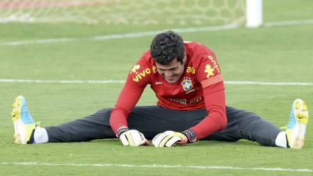 BØY OG TØY: Julio Cesar bruker tiden på trening. For kamper får han ikke spille. (Foto: EVARISTO SA/Afp)