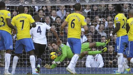 REDDENDE ENGEL: Tim Krul var stor i Newcastle-målet mot Tottenham. (Foto: IAN KINGTON/Afp)