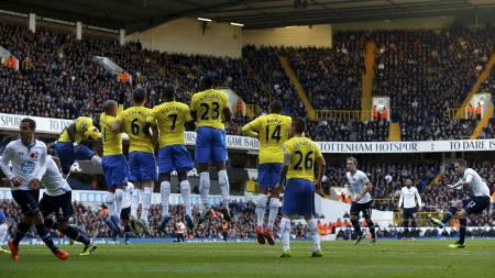 FRISPARK: Gylfi Sigurdsson slår frisparket som skapte en enorm mulighet i kampen mellom Tottenham og Newcastle søndag. (Foto: EDDIE KEOGH/Reuters)