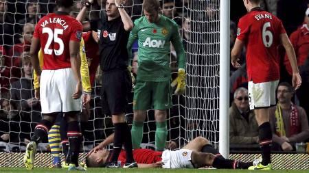 NEDE FOR TELLING: Vidic ble fraktet til sykehus etter smellen mot Arsenal. (Foto: PHIL NOBLE/Reuters)