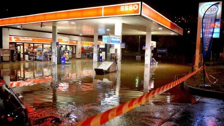 En oversømmet bensinstasjon i Bergen etter det kraftige regnværet som feide inn over byen fredag ettermiddag.  (Foto: Scanpix)