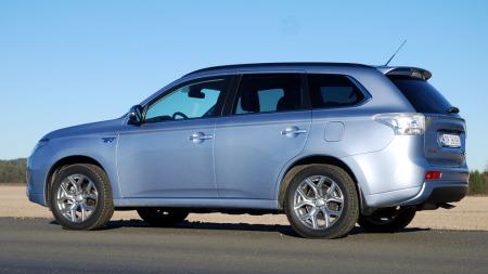 Mitsubishi Outlander PHEV er både en elbil og en tradisjonell familie-SUV, med både lavt forbruk og 4x4. (Foto: Benny Christensen)