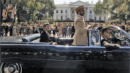 Baksetet hevet, keiser Haile Selassie av Etiopia bruker bøylen ¿midtskips¿ som rekkverk, oktober 1963 (Foto: Office of the Naval Aide to the President)