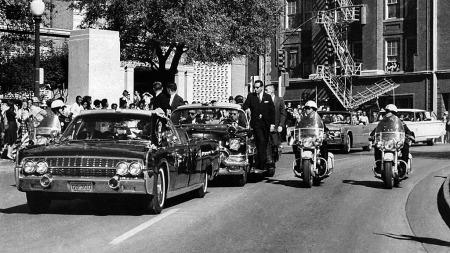 Første skudd nettopp avfyrt, JFK tar seg til hodet (Foto: James W. Altgens/AP/SCANPIX)