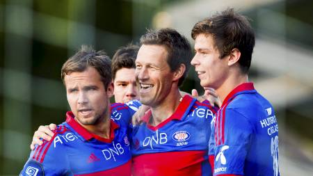 STÅR SAMMEN: Vålerenga-spillerne står sammen, og vil hjelpe klubben slik at den unngår konkurs. (Foto: Grøtt, Vegard/NTB scanpix)