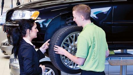 Mekanikeren - eller PST-teknikeren - blir nå Volvo-forhandlernes viktigste mann, men mange nye oppgaver på kjøpet.  (Foto: Volvo)