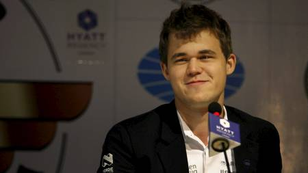 Norway's Magnus Carlsen interacts with the media after a match against reigning world chess champion Viswanathan Anand of India during the Chess world championship match in Chennai, India, Tuesday, Nov. 19, 2013.  Carlson, 22, is the top Western player since Bobby Fischer in a game that has traditionally been dominated by Russians, and chess enthusiasts hope his mass-market appeal can win over new fans and help boost interest worldwide. (AP Photo/Arun Sankar K ) (Foto: Arun Sankar K/Ap)