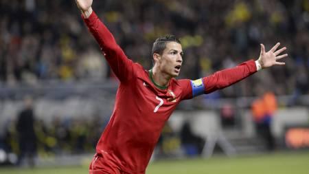 STO FREM FOR PORTUGAL: Cristiano Ronaldo satte inn 1-0 til Portugal. (Foto: JONATHAN NACKSTRAND/Afp)