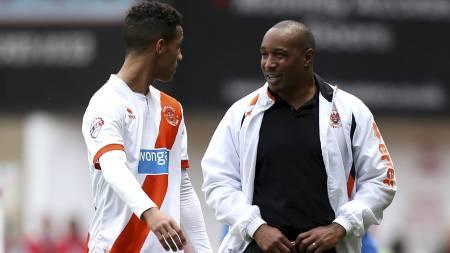 FÅR RÅD AV PAPPA: Thomas Ince har for tiden pappa Paul Ince som manager i Blackpool. Men i januar kan deres veier skilles. (Foto: John Walton/Pa Photos)