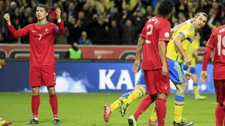 DE TO STJERNENE: Cristiano Ronaldo (t.v.) fortviler etter at Zlatan Ibrahimovic har scoret for Sverige. (Foto: Frank Augstein/Ap)