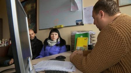 SØKER LYKKEN: Jobbsøkende som ønsker jobb i Norge i samtale med en veileder på et jobbsøkingskontor i Vilnius.