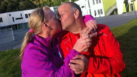 UTE PÅ TUR: Jon Inge og Svetlana har fått ny energi til hverandre. Her er de ute på tur. (Foto: TV 2)