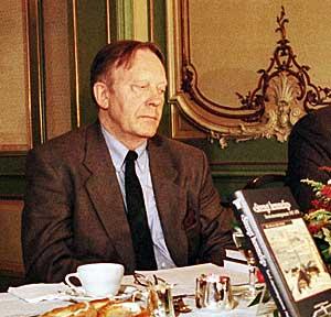 Olav Riste under presentasjonen av boken «Strengt hemmelig».