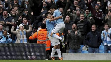 LEKESTUE: Sergio Agüero gratuleres av Jesús Navas etter scoring   mot Spurs. (Foto: PHIL NOBLE/Reuters)