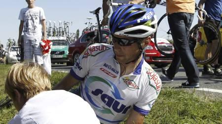 OMKOM: Arnaud Coyot omkom etter en bilulykke søndag. Her får han behandling etter en velt under Tour de France i 2011. (Foto: JOEL SAGET/Afp)