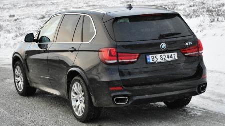 BMW X5 5.0i bakfra på fjellet
