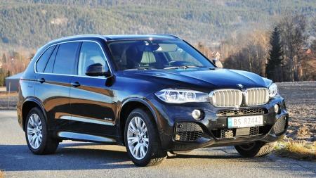 BMW X5 i nyeste utgave er en ruvende og stor bil - men kjører likevel slik du forventer at en BMW skal. Utgaven vi har hatt på langtur, 5.0i med 450 hk, er dessuten et skikkelig råskinn ...