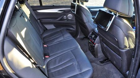 God plass, gode seter og to skjermer som sørger for nok underholdning for passasjerne på tur.