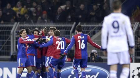 JUBLET: Basel jublet for ny seier mot Chelsea. (Foto: FABRICE COFFRINI/Afp)