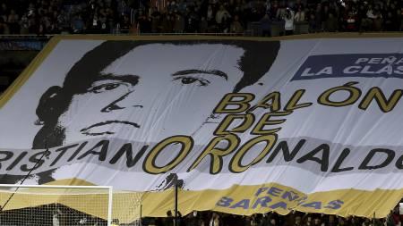HYLLET RONALDO: Real Madrid-fansen gjør det de kan for at Cristiano Ronaldo skal få gullballen. (Foto: Andres Kudacki/Ap)