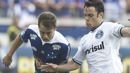 UNITED-AKTUELL: Everton Ribeiro (t.v.) kan havne i Manchester United. Her i duell med Gremios Kleber. (Foto: Eugenio Savio/Ap)