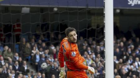 FORFERDELIG START: Hugo Lloris ser med vantro at ballen suser   i nettet bak ham på Etihad Stadium. (Foto: Jon Super/Ap)