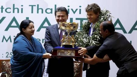 VERDENSMESTER: Endelig fikk Magnus Carlsen beviset på at han er verdensmester i sjakk. (Foto: Aas, Erlend/NTB scanpix)