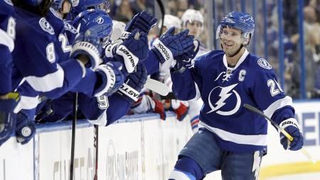 I 1000: 173 cm høye Martin St. Louis var kampens gigant i sin NHL-kamp nummer 1000. (Foto: Kim Klement/Reuters)