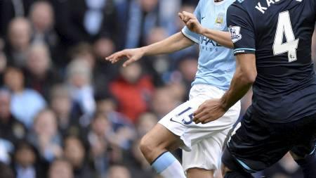 DRØMMESTART: Jesús Navas chipper ballen elegant i nettet, uten   at Younes Kaboul har sjans til å stoppe ham. (Foto: NIGEL RODDIS/Reuters)