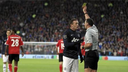 SLAPP UNNA: Wayne Rooney fikk kun gult kort, noe de fleste på stadion mente han var heldig med. (Foto: Nick Potts/Pa Photos)