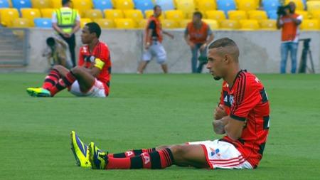 SATTE SEG NED I PROTEST: Spillerne i kampen   mellom Fluminense og Corinthian.