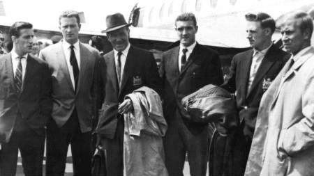 Spillere og managere fra Manchester United under et besøk på flyplassen i München i 1959. Åtte spillere fra klubben omkom i en flyulykke i 1958. Fra venstre mot høyre: Denis Violet, Bill Foulkes, Matt Busby, manager, Harry Gregg, Albert Scanlon, and Bobby Charlton. (Foto: SCANPIX/Ap)