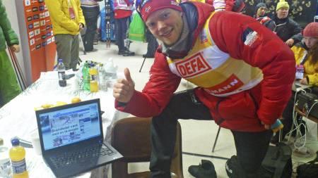 Eirik Brandsdal gir tommelen opp etter verdenscupseieren i Kuusamo. (Foto: MATS WEDERVANG/)