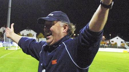 SVENSK GLEDE: Benny Lennartsson   og Viking slo ut selveste Chelsea av UEFA-cupen i 2002. (Foto: Hansen,   Alf Ove/NTB scanpix)