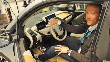 Markeds- og informasjonssjef Kjetil Myhre i BMW Norge konstaterer at etterspørselen etter den elektriske bilen BMW i3 er stor, men at de sliter med å få nok biler.