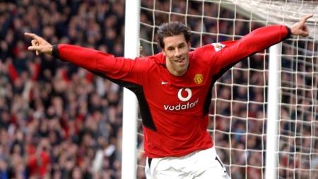 MOT ERKERIVALEN: Ruud van Nistelrooy feirer 2-0-scoring mot Manchester City i desember 2003. (Foto: PAUL BARKER, AFP)