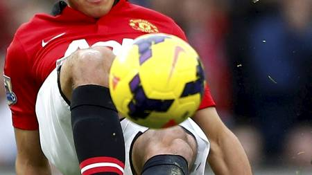 KONTROLL: Javier Hernandez prøver å kontrollere ballen. (Foto: DARREN STAPLES/Reuters)