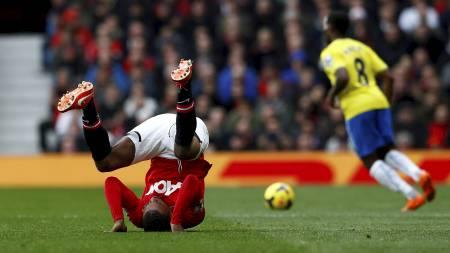 KOLLBØTTE: Patrice Evra under kampen mot Newcastle. (Foto: DARREN STAPLES/Reuters)