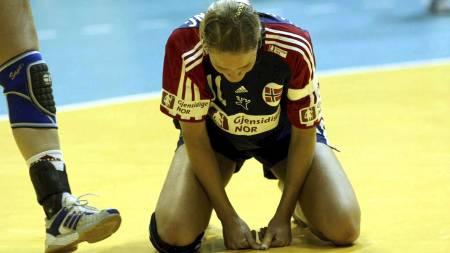 Zagreb, Kroatia 20031213 VM i håndball for kvinner, Norge / Spania 26-27. Norge tapte kampen mot Spania om 5. plassen, i tillegg mistet de OL-billetten neste sommer. Gro Hammerseng fortviler over tapet mot Spania. (Foto: Holm, Morten/NTB scanpix)