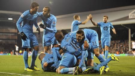 ENORM GLEDE: Tottenham-stjernene overfaller Lewis Holtby etter at tyskeren satte inn seiersmålet. (Foto: Tony Marshall/Pa Photos)