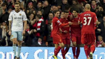 GLEDE: Liverpool feirer Guy Demels selvmål. (Foto: Peter Byrne/Ap)