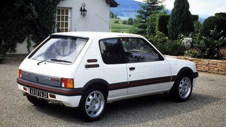 """I 1988 kom den med 1,9-liters motor på 130 hk. Den kjennes lettest igjen på 15-tommers felgene med store """"hull""""."""