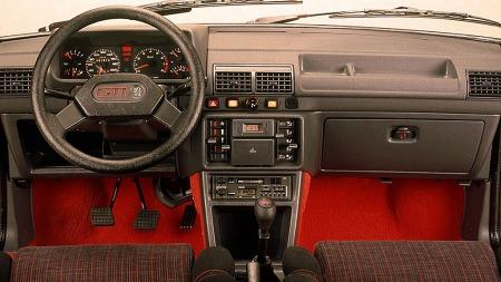 Sportsseter, sportsratt, oppgradert interiør og ikke minst knallrøde gulvtepper kjennetegner interiøret på Peugeot 205 GTI