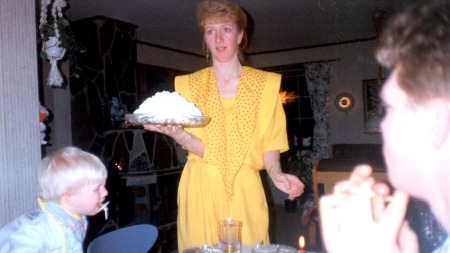 GLAD I KAKER: Anne Grethe har alltid vært en kakemoms, og hun   har spist søtsaker hver dag så lenge hun kan huske. (Foto: Privat)