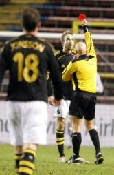 TRENTE HULSKER: Her får Bernt Hulsker det røde kortet i i Royal League-kampen mellom AIK og Vålerenga på Råsunda i 2006. Rikard Norling var den gang trener for AIK. (Foto: SCANPIX, ©FP pk)
