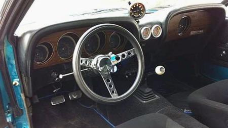 Den svært så stilige førerplassen på Mustangen er ikke mye forandret, men vel på plass i de gromme racingstolene kan man få oversikt over en del av bilens vitale data gjennom noen ekstra Autometer-instrumenter. (Foto: Finn.no)